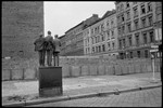 Muro de Berlín. Berlín Occidental, Alemania Occidental, 1962 © Henri Cartier-Bresson / Magnum Photos